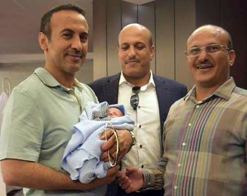 صورة للسفير احمد علي عبدالله صالح وهو يحتضن حنبعل